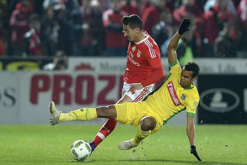 Rodrigo António (D) do Paços de Ferreira disputa a bola com André Almeida do Benfica