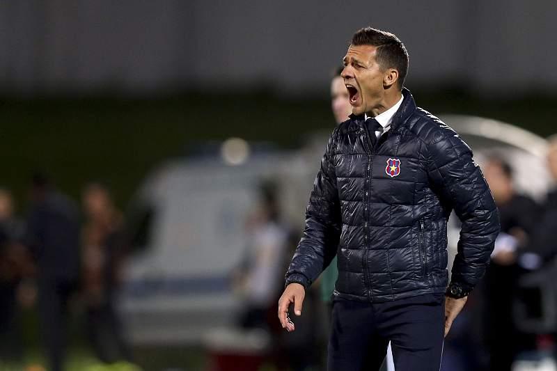 Constantin Galca em ação pelo Steaua de Bucareste frente ao Rio Ave