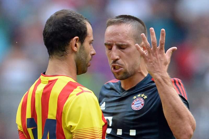 Mascherano e Ribéry durante um jogo entre Barcelona e Bayer Munique