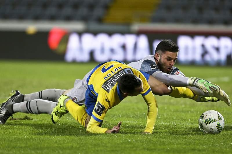 Guarda-redes Marafona, do SC Braga, disputa a bola com Artur, do Arouca