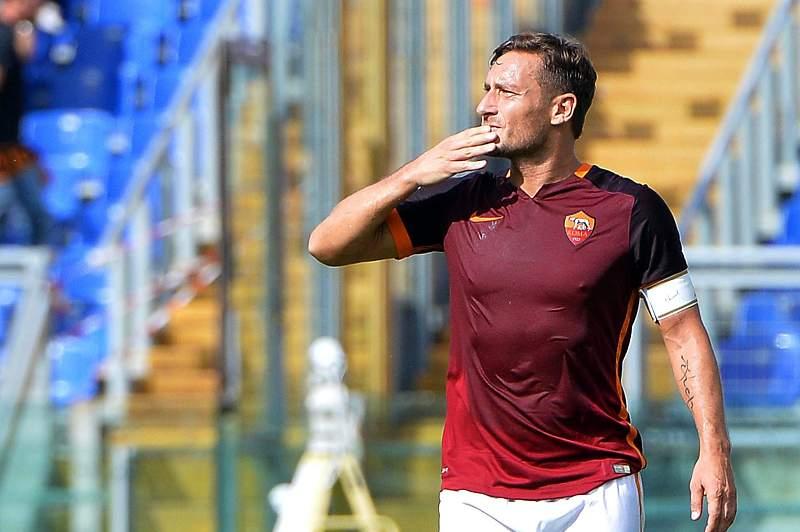 Francesco Totti celebra o seu 300.º golo pela AS Roma