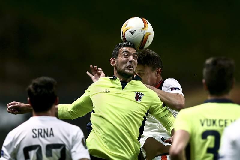 Hassan disputa a bola contra o Shakhtar Donetsk