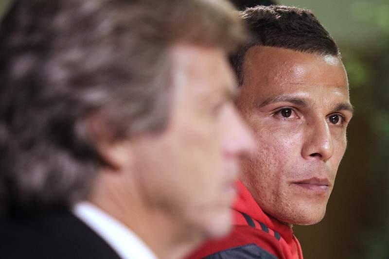 Lima com Jorge Jesus durante uma conferência de imprensa do Benfica na antevisão do embate com o Mónaco na Liga dos Campeões de 2014