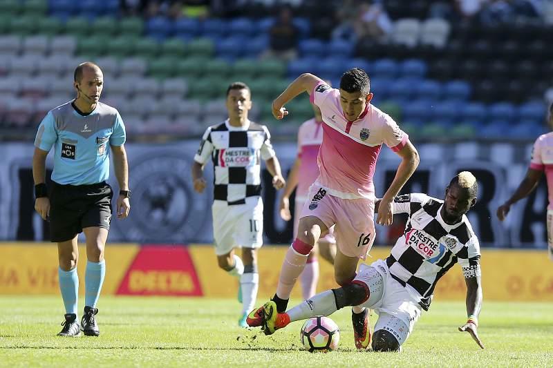 Idris (D) do Boavista disputa a bola com Battaglia do Desportivo de Chaves