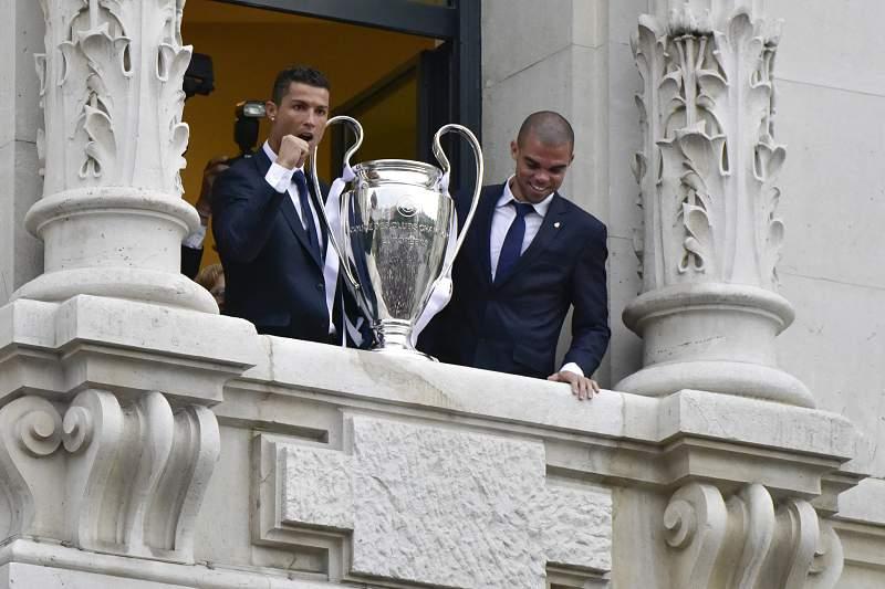 Real Madrid desfila a taça dos Campeões em cidade em euforia