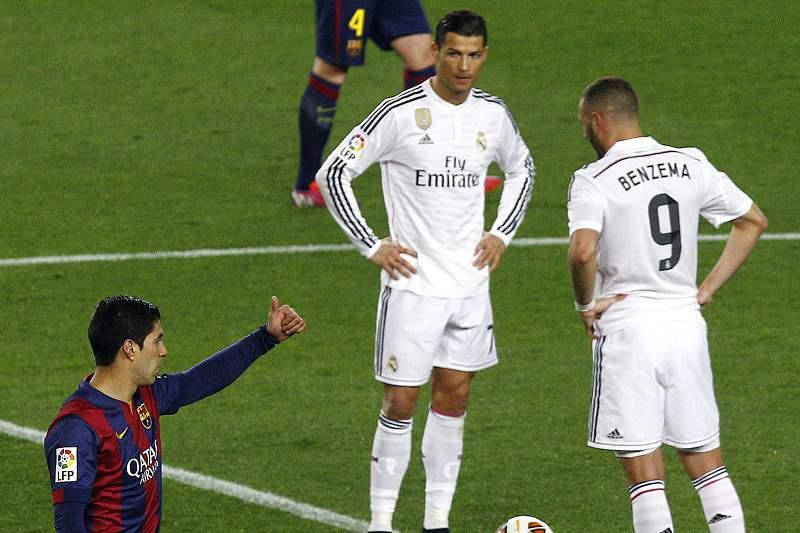 Cristiano Ronaldo e Benzema preparam-se para dar o pontapé de saída após golo de Suarez