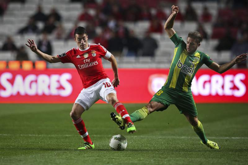 Gaitán disputa a bola com Wanderson Cunha