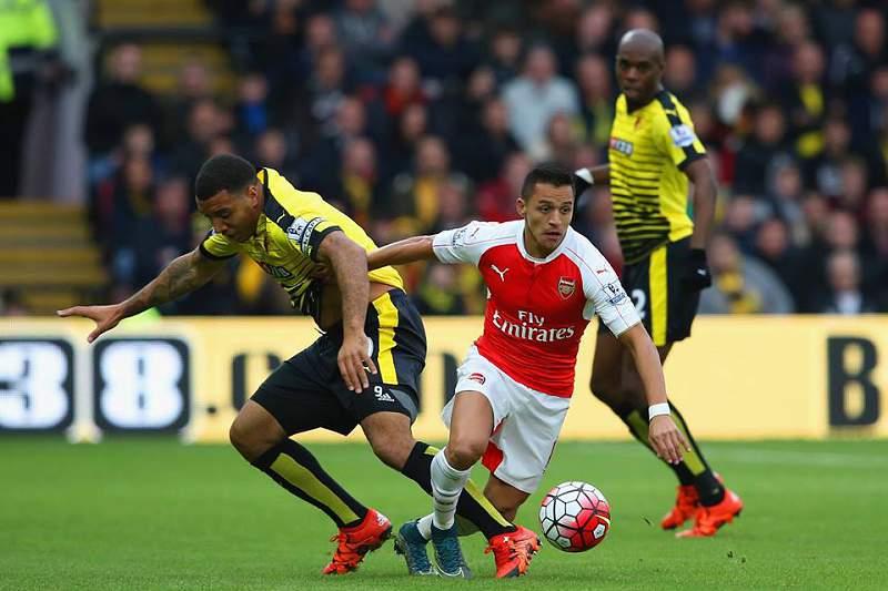 Alexis Sánches em ação contra o Watford