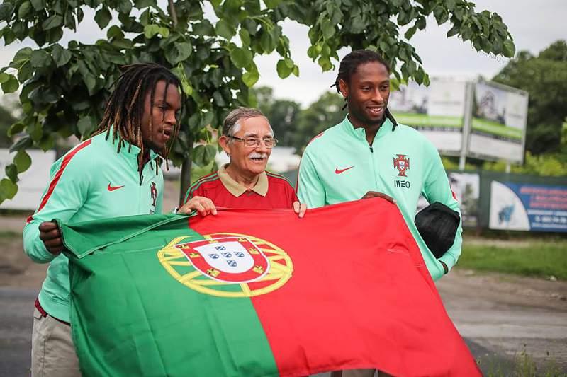 Renato Sanches e Ruben Semedo com um adepto português na Polónia