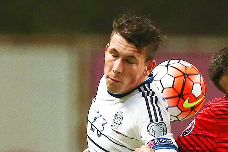 João Moutinho disputa uma bola com Pierre-Emile Hojbjerg