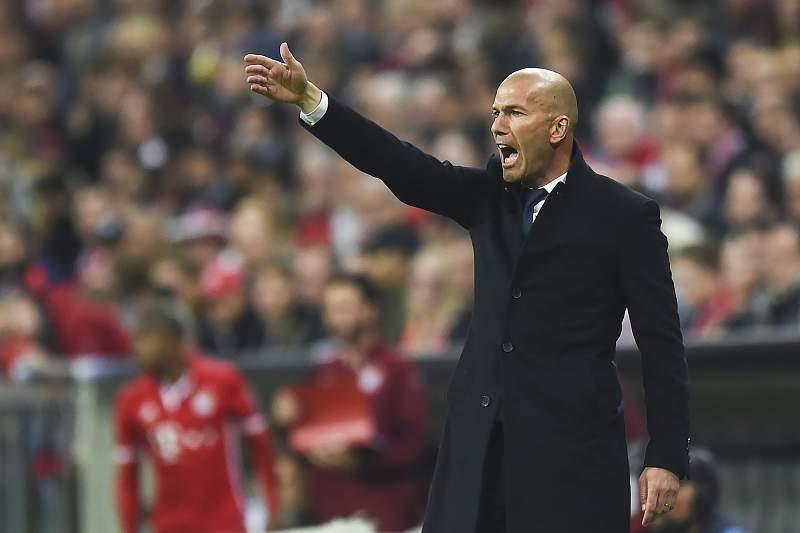 Zidane dá indicações durante o jogo entre Bayern Munique e Real Madrid