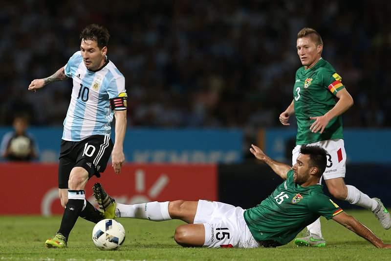 Lionel Messi conduz a bola durante o jogo entre Argentina e Bolívia