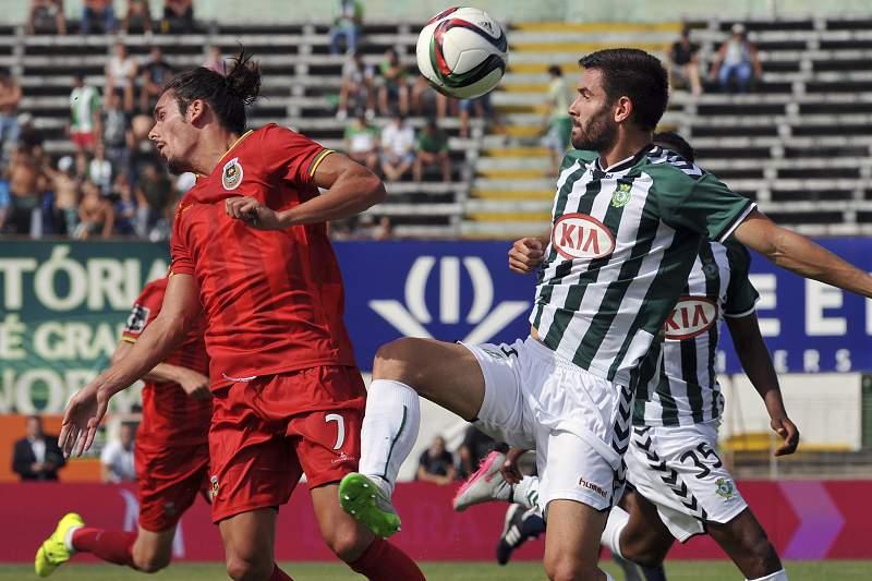 Frederico Venâncio do Vitória de Setúbal luta pela bola com Guedes do Rio Ave