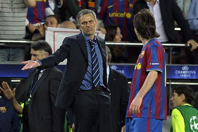 José Mourinho protesta com Messi num jogo entre Inter Milão e Barcelona