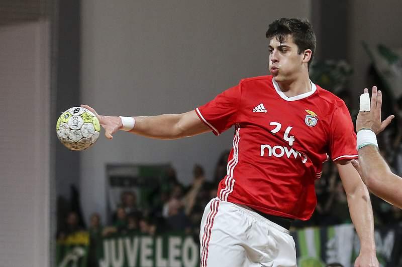 O jogador do Benfica Alexandre Cavalcanti (C) em ação
