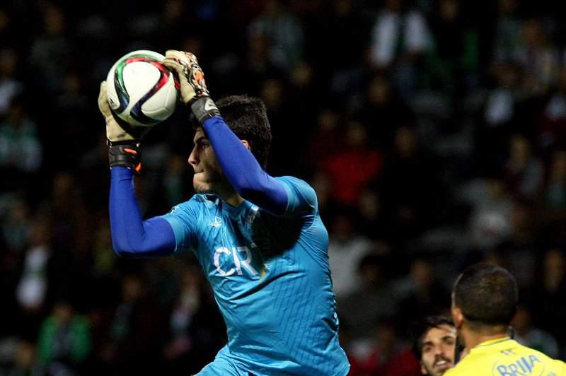 André Moreira (C) disputa a bola com Slimani