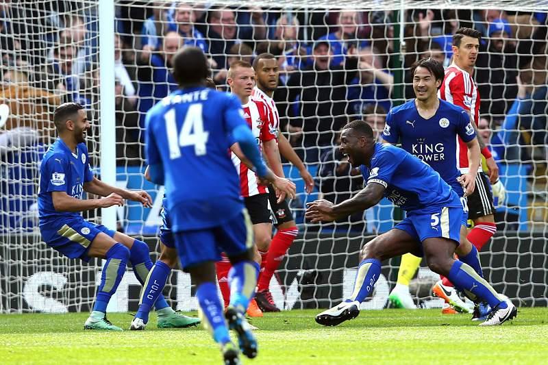 Wes Morgan celebra o golo do Leicester sobre o Southampton