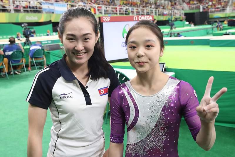 Ginastas Lee Eun-Ju da Coreia do Sul e Hong Un-jon da Coreia do Norte