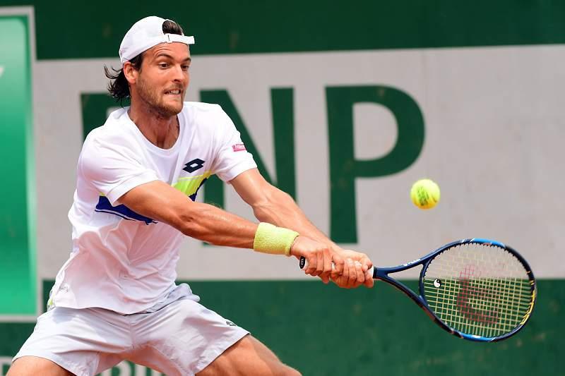 João Sousa em ação no jogo de pares de Roland Garros