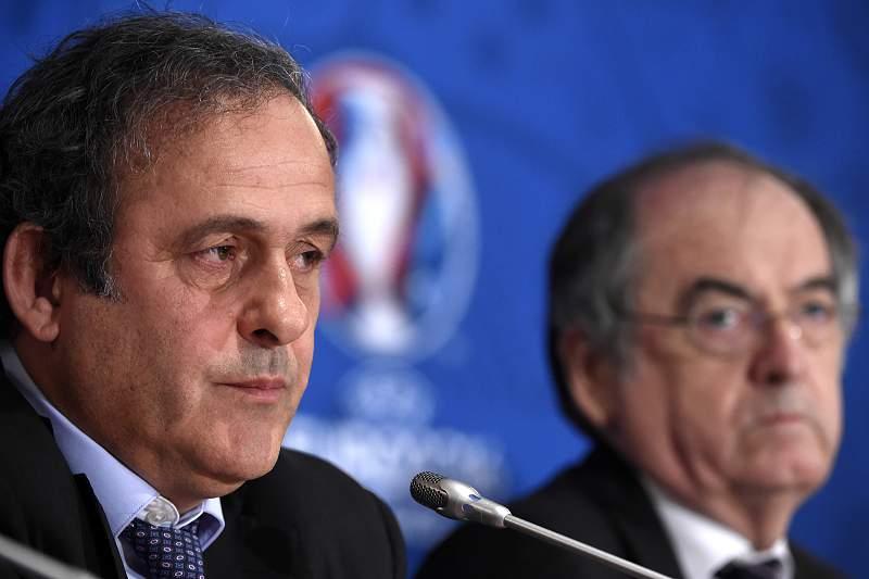Michel Platini com Noël Le Graet durante uma conferência de imprensa