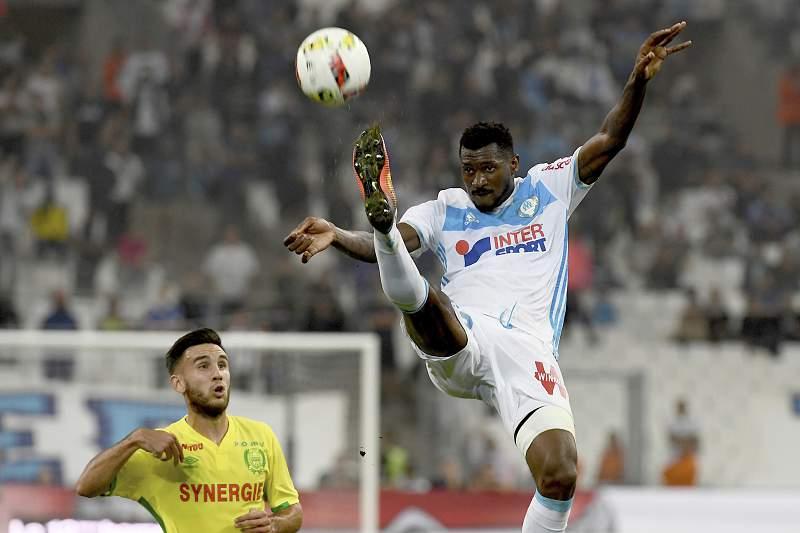 Andre-Frank Zambo Anguissa disputa uma bola com Adrien Thomasson do Nantes