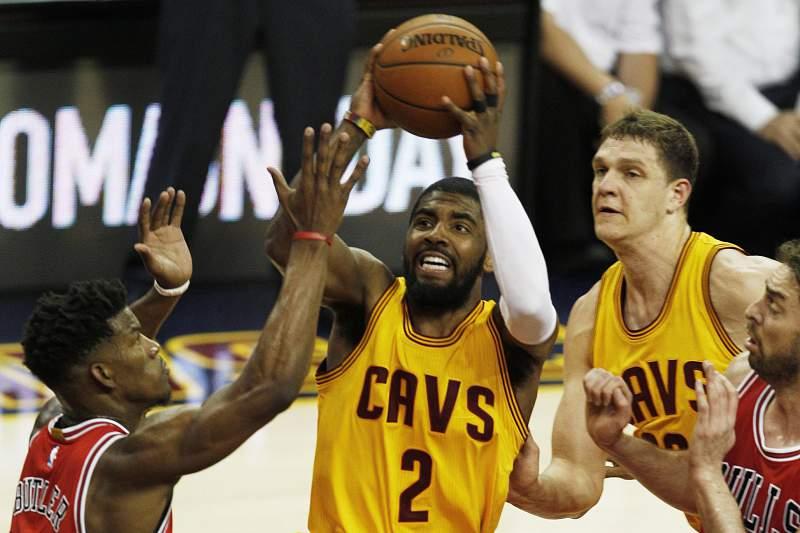 Kyrie Irving dos Cleveland Cavaliers em ação