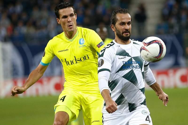 Ali Turan do Konyaspor disputa uma bola com Jeremy Perbet do Gent