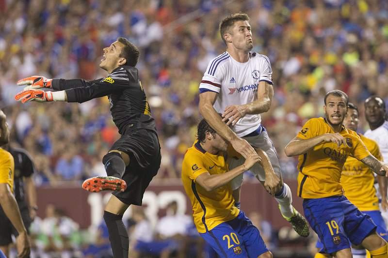Gary Cahill procura ganhar posição na área do Barcelona