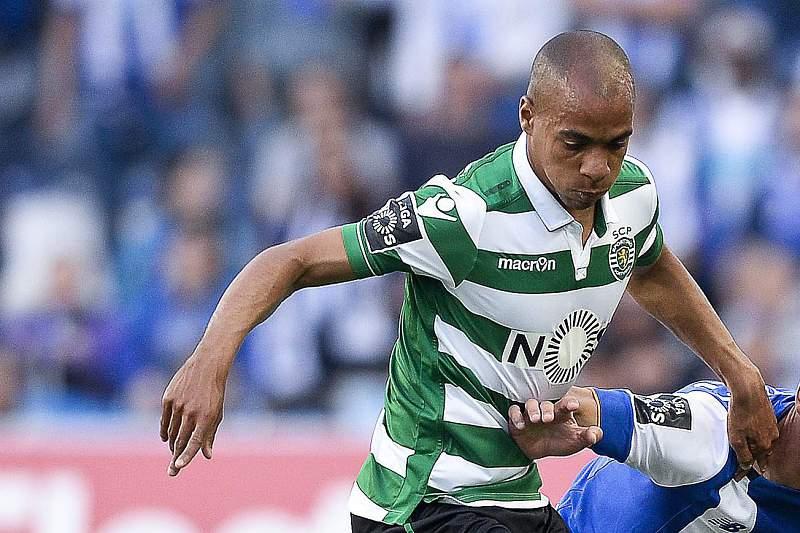 João Mário disputa uma bola com Jose Angel durante o 'clássico' da 32ª jornada