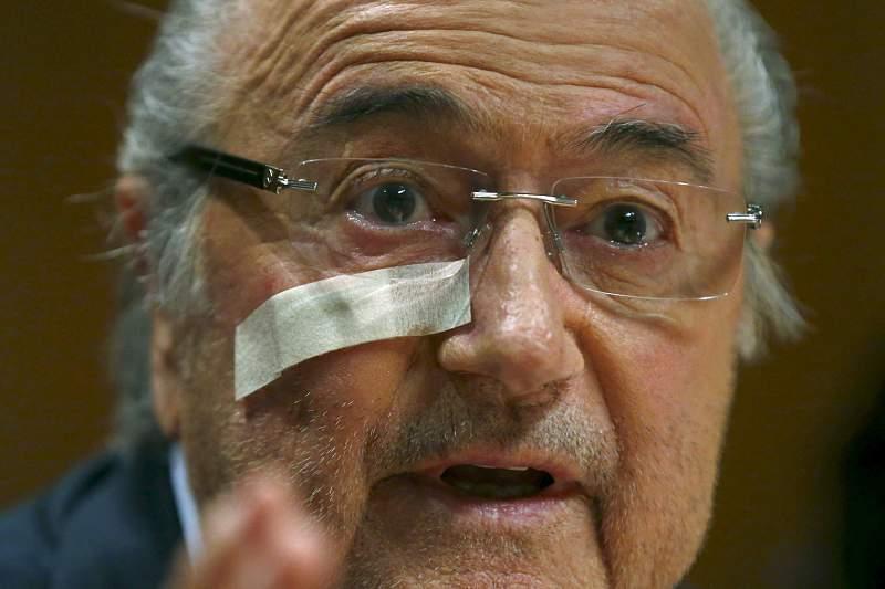 Blatter sente-se abandonado e vai lutar para limpar o seu nome