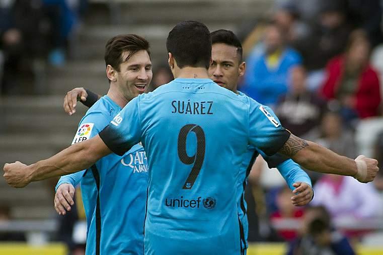 Suárez festeja golo com Messi e Neymar