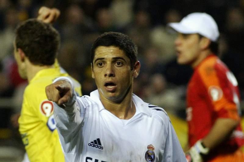 Cicinho dá indicações durante um jogo do Real Madrid em 2006 frente ao Villarreal