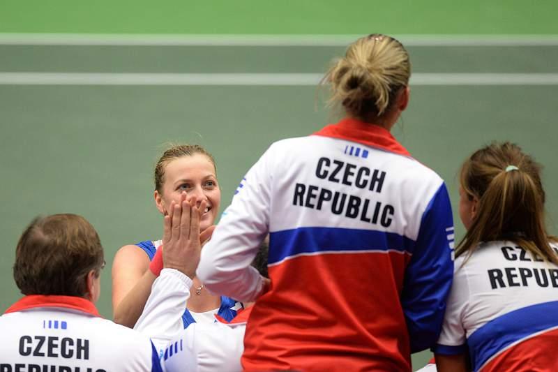 Petra Kvitova celebra com as companheiras de equipa da seleção checa.
