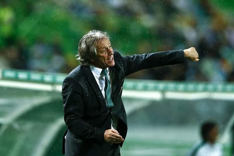 Jorge Jesus dá indicações durante o jogo entre Sporting e Vitória de Guimarães