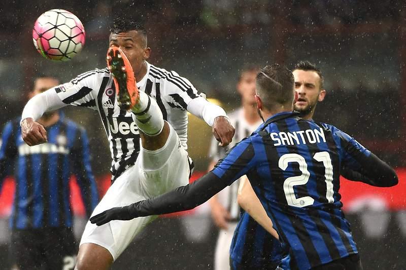 Alessandro (Juventus) e Santon (Inter Milão)