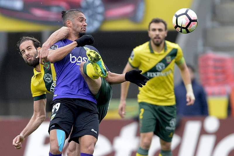 Filipe Melo disputa uma bola com Heliardo