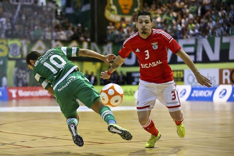 Miguel Castro e Bruno Coelho disputam uma bola durante o quarto jogo da final do play-off da Liga