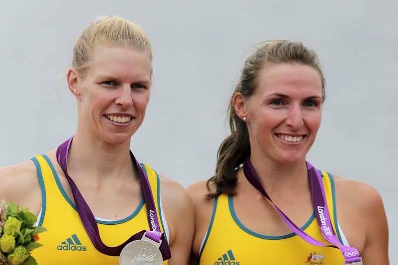 Kate Hornsey (D) e Sarah Tait (E) com a medalha de prata
