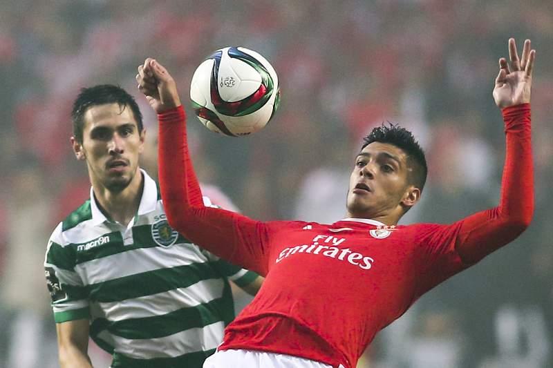 Raul Jiménez disputa a bola com Paulo Oliveira durante o dérbi da oitava jornada entre Benfica e Sporting