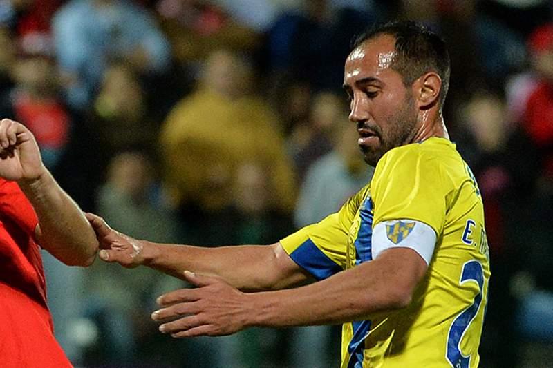 Élio Martins disputa uma bola com Pizzi