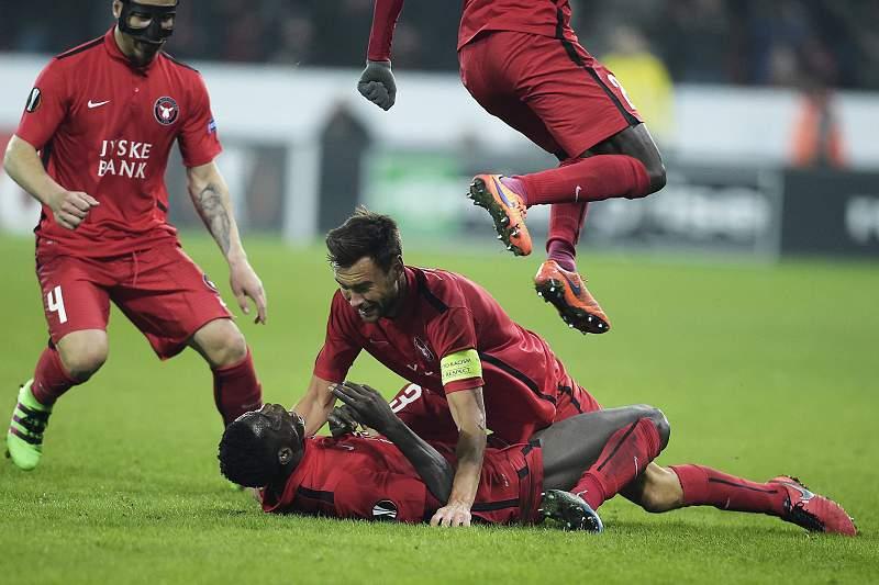 Paul Onuachu celebra o golo da vitória do Midtjylland sobre o Manchester United