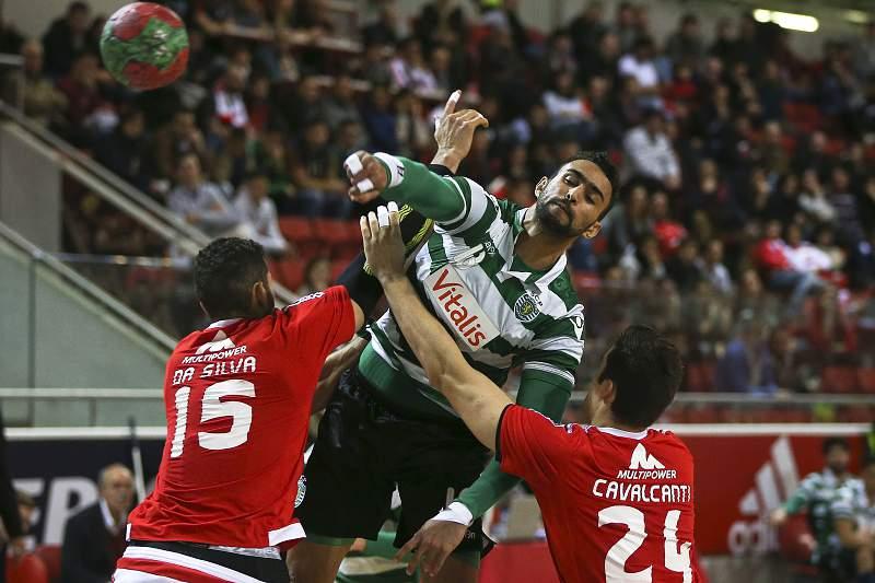 Frankis Carrol em ação durante um jogo de andebol entre Sporting e Benfica