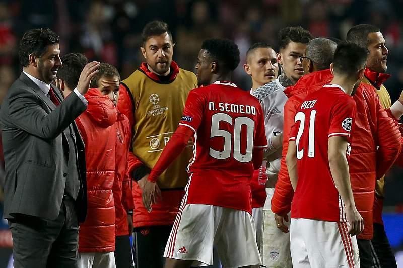 Rui Vitória cumprimenta os jogadores do Benfica após o triunfo sobre o Borussia Dortmund