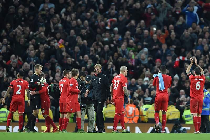 Treinador Jurgen Klopp e os jogadores do Liverpool celebram o triunfo