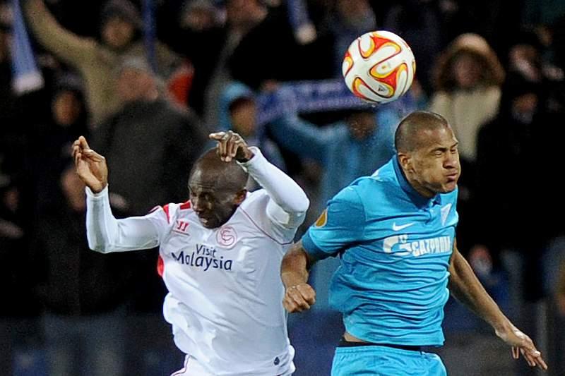 Rondón disputa a bola com o camaronês Stephane Mbia no jogo da segunda mão dos quartos de final da Liga Europa