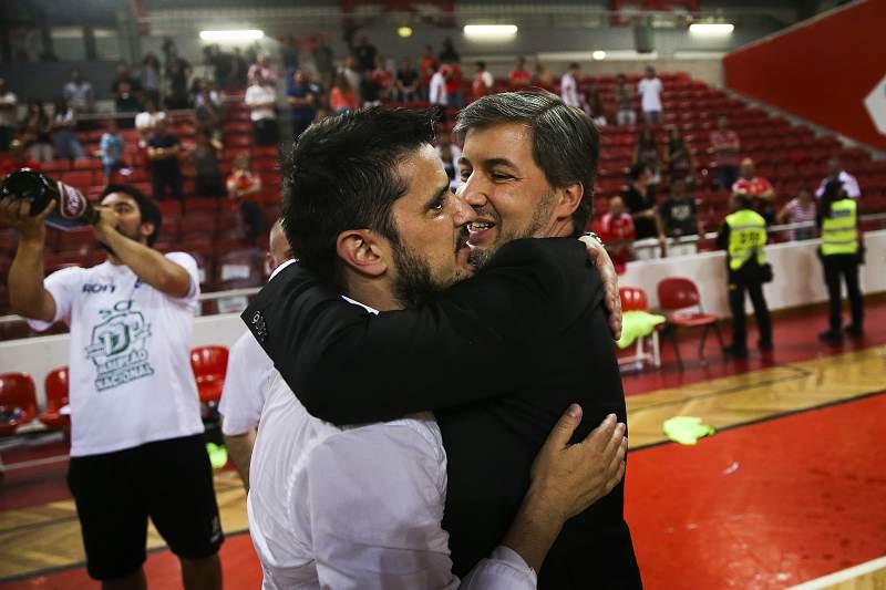 Bruno de Carvalho celebra o título de campeão de futsal com Nuno Dias