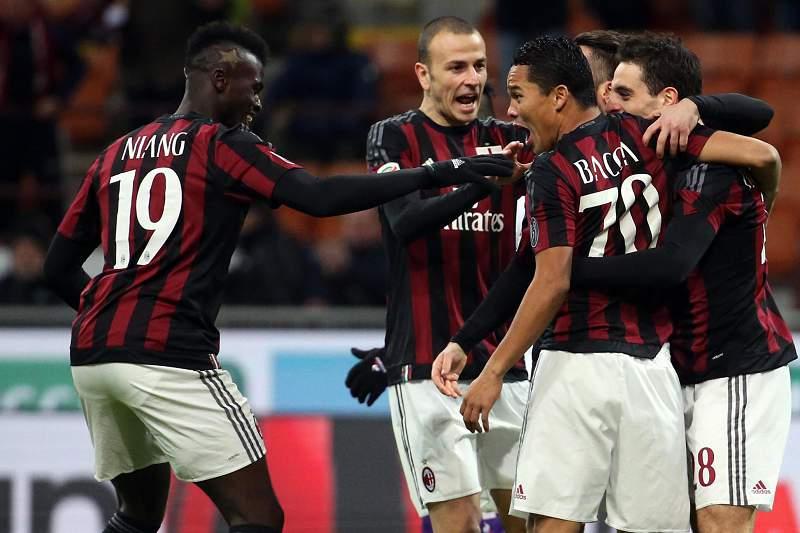 Carlos Bacca celebra um golo do AC Milan frente à Fiorentina de Paulo Sousa