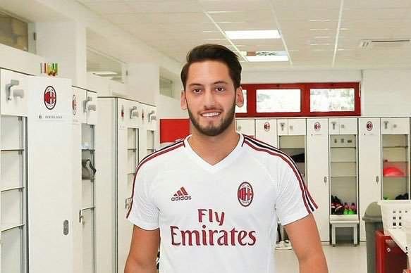 Hakan Çalhanoglu deixa Bayer Leverkusen e assia pelo AC Milan