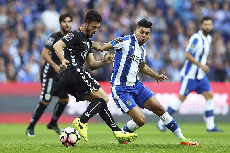 Corona (D) e Bonilha (E) disputam a bola no Dragão