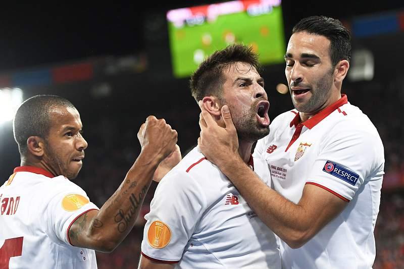Adil Rami (D) celebra o golo com Coke (E) ao serviço do Sevilha